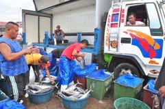 工作者工作在海鲜市场上在海口 免版税库存图片