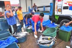 工作者工作在海鲜市场上在海口 免版税库存照片