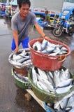 工作者工作在海鲜市场上在海口 图库摄影
