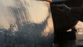 工作者应用钓鱼的木小船油灰补白 影视素材