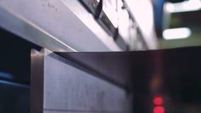 工作者弯在一个现代弯曲的工业机器的金属板在工厂 CNC 股票视频