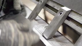 工作者弯曲金属片在工业机器 影视素材