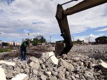 工作者手动地拆毁一种老建筑结构 库存图片