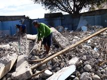 工作者手动地拆毁一种老建筑结构 免版税库存照片
