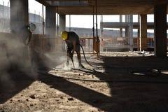 工作者打破与一个气锤的混凝土- 2017年 免版税库存照片