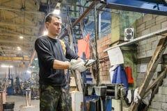 工作者把钢绳绳索吊索编成辫子的末端 免版税库存照片