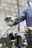 工作者把钢绳绳索吊索编成辫子的末端 免版税库存图片