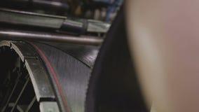 工作者控制橡胶帆布供应裁减片断特写镜头 影视素材