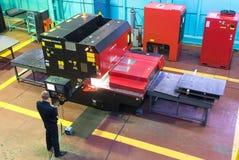 工作者操作计算机化的金属工艺机器 库存图片