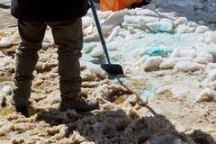 工作者擦净剂雪在城市 库存图片