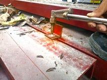 工作者是切割吹管钢由氧气和乙炔切削刀 免版税图库摄影