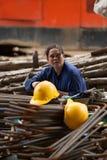 工作者有在建筑工地的一个断裂 免版税图库摄影