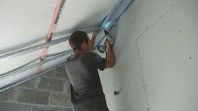 工作者架置干式墙的金属建筑在一个最近建造的房子里 影视素材