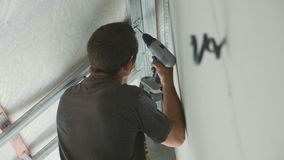 工作者架置干式墙的金属建筑在一个最近建造的房子里 股票视频