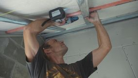 工作者架置干式墙的金属建筑在一个最近建造的房子里 股票录像