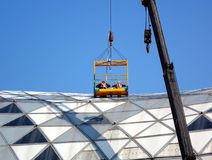 工作者检查一个大大厦的屋顶 库存图片