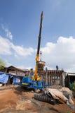 工作者模铸混凝土平板以修建房子的移动式起重机 免版税库存图片