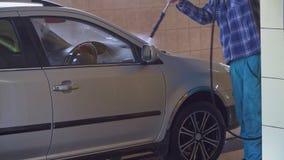 工作者洗涤一辆汽车用高压水 股票录像