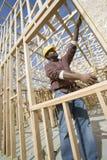 工作者测量的窗架 免版税库存照片