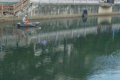 工作者清扫河垃圾的明轮船 图库摄影