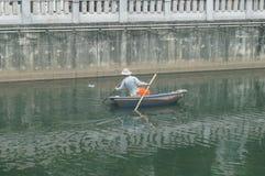 工作者清扫河垃圾的明轮船 免版税库存照片