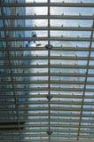 工作者清洗一个购物中心的玻璃屋顶在墨西哥Ci的 免版税图库摄影