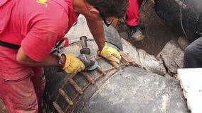 工作者清洗在管安置的焊接工具为汇编两管子 影视素材