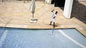 工作者清洗水池与刷子 免版税图库摄影