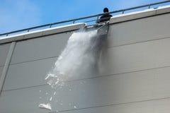 工作者清除从屋顶的雪 免版税图库摄影