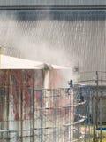 工作者清洁储存箱通过气压喷砂处理 图库摄影