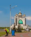 工作者清洗疆土反对主教的座位的背景 库存照片