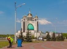 工作者清洗疆土反对主教的座位的背景 免版税图库摄影