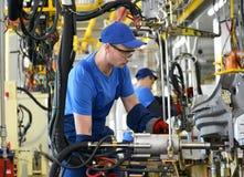 工作者焊接车身细节 汽车en的焊接车间 免版税库存照片