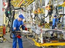 工作者焊接车身细节 汽车en的焊接车间 库存照片