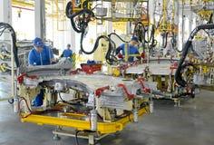 工作者焊接车身细节 汽车en的焊接车间 免版税库存图片