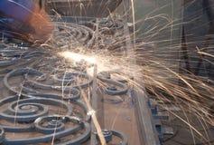 工作者焊接金属。 生产和建筑 免版税库存图片