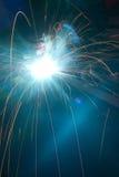 工作者焊接金属。 生产和建筑 免版税图库摄影