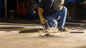 工作者焊接金属,在锋利的火花一刹那灯光管制线, i的焦点 免版税图库摄影