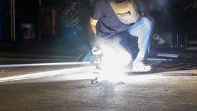 工作者焊接金属,在锋利的火花一刹那灯光管制线, i的焦点 免版税库存图片