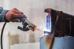 工作者焊接铁在建造场所 免版税图库摄影
