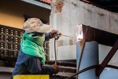 工作者焊接铁在建造场所 库存照片