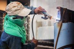 工作者焊接铁在建造场所 免版税库存照片