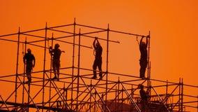 工作者现出轮廓在日落建造者收集设计 建筑工人概念大厦剪影人小组 影视素材