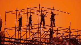 工作者现出轮廓在日落建造者收集设计 建筑工人概念大厦剪影人生活方式 股票录像