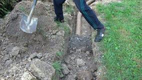 工作者用地面土壤排水沟填满 股票视频