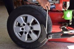 工作者用途轮胎去掉轮胎的更换者机器 免版税图库摄影