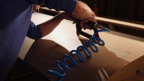 工作者由订书机粗纸板家具框架缝在工作演播室 股票录像