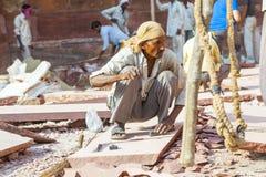 工作者砂岩为德里红堡的整修做准备 免版税库存图片