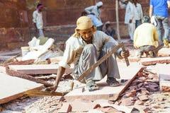 工作者砂岩为德里红堡的整修做准备 库存照片