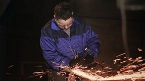 工作者研磨机清洗金属 影视素材